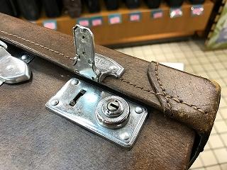 豚革トランクの金具金具のサガリのみ交換の修理前写真