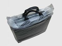 作ったナイロン袋を鞄に被せた写真