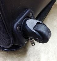 4輪のスーツケースの表面側の写真
